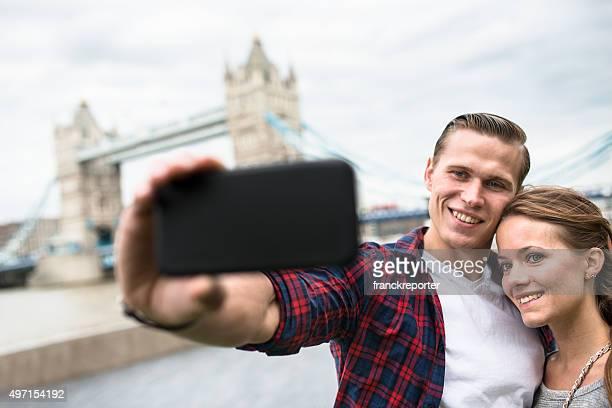 Coppia di prendere una selfie sul Tower Bridge a Londra