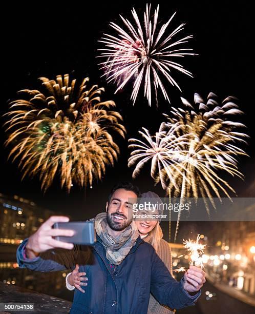 """casal, tire uma """"selfie"""" para o ano novo - happy new month - fotografias e filmes do acervo"""