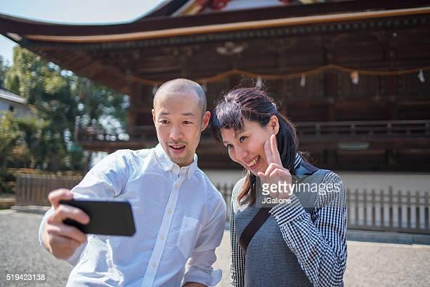 カップルの方を背景に、日本の寺 - 中年カップル ストックフォトと画像