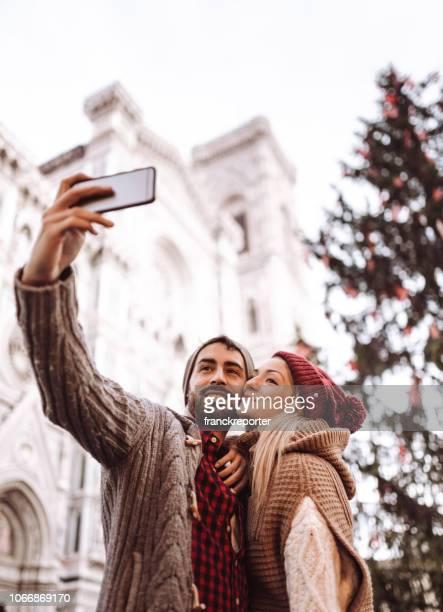 クリスマスのためのフィレンツェの selfie の撮影カップル