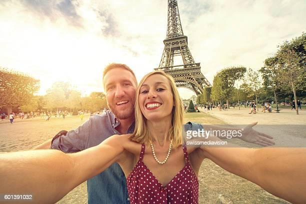 Couple prenant un selfie dans la tour Eiffel à Paris