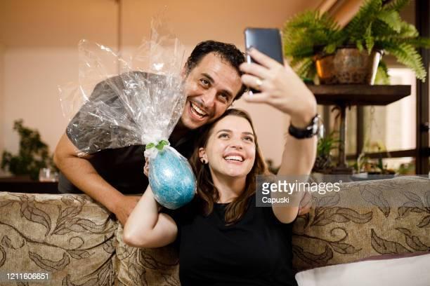 チョコレートイースターエッグと自分撮りを取るカップル - イースターエッグのチョコレート ストックフォトと画像