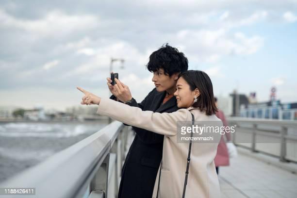 観光地で写真を撮るカップル - romance ストックフォトと画像