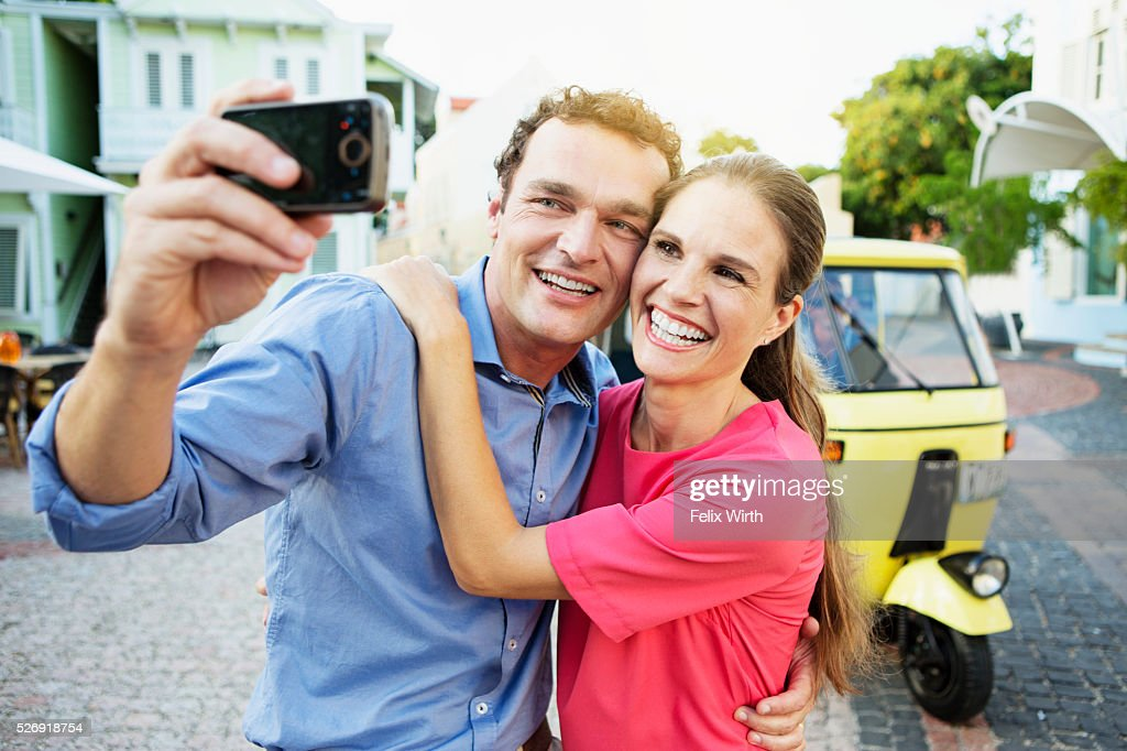 Couple taking picture in front of tuk tuk : Stockfoto
