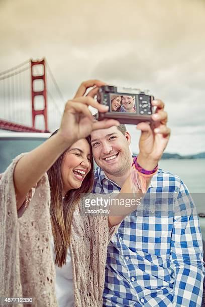 Casal tirar fotos na Ponte Golden Gate em San Francisco