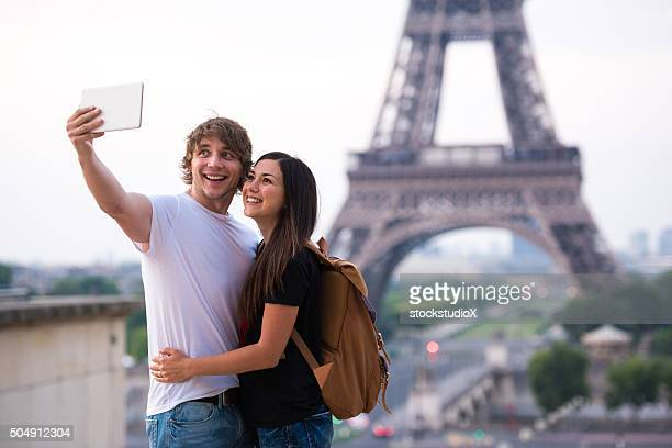 Couple prenant selfie à la tour Eiffel à Paris