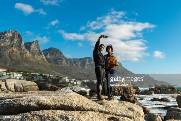 couple taking selfie on smart phone at beach - província do cabo ocidental imagens e fotografias de stock