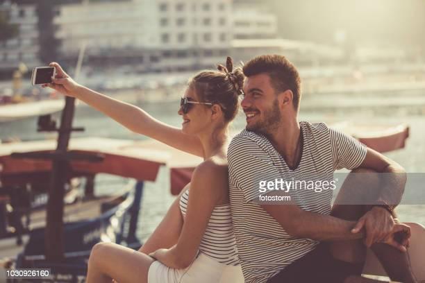 Paar nehmen selfie auf Urlaub