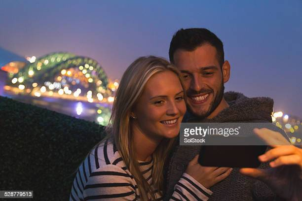 couple taking selfie - newcastle upon tyne stockfoto's en -beelden