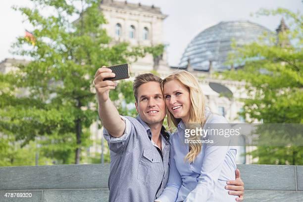 Paar nehmen selfie mit der Reichstag im Hintergrund (Berlin