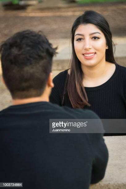 公園で話を座っているカップル - イラン人 ストックフォトと画像