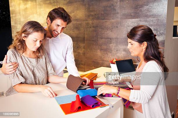 Casal a conversar ao seu designer de interiores