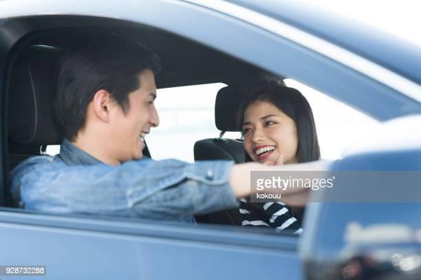 運転中に話しているカップル。 - ドライブ旅行 ストックフォトと画像