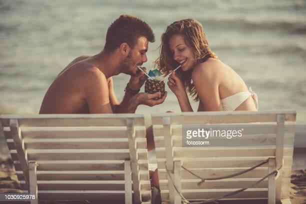 Paar am Strand cocktail Verkostung