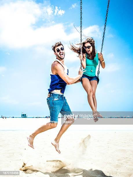 Paar auf Schaukel teetering LA beach