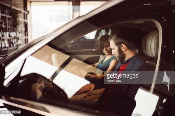カップルテスト新車 - 試運転 ストックフォトと画像
