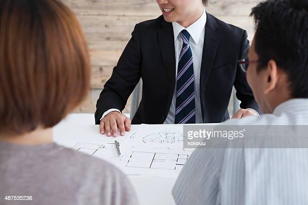 Pareja charlando con la agencia inmobiliaria