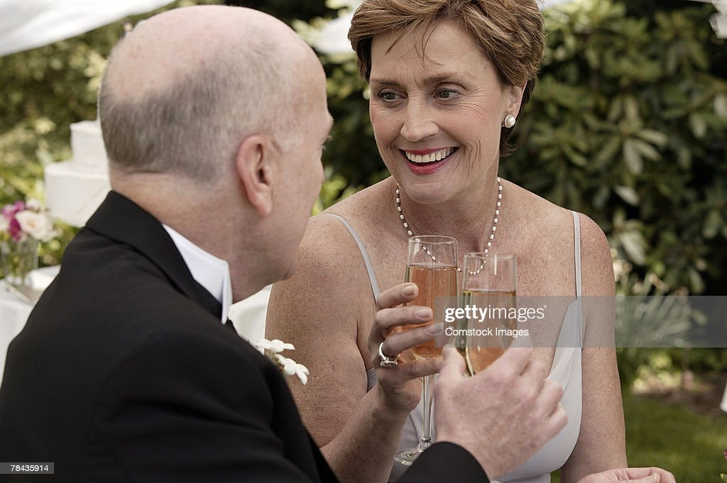 Couple toasting champagne glasses : Stockfoto