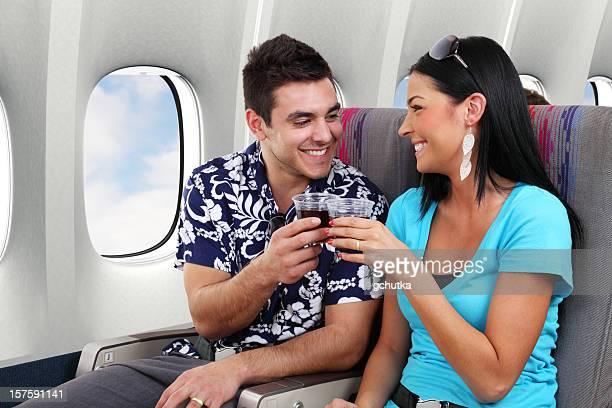 Couple portant un toast sur avion