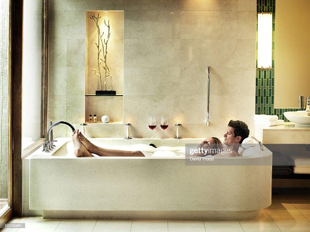 Вдвоем в ванне с пеной фото