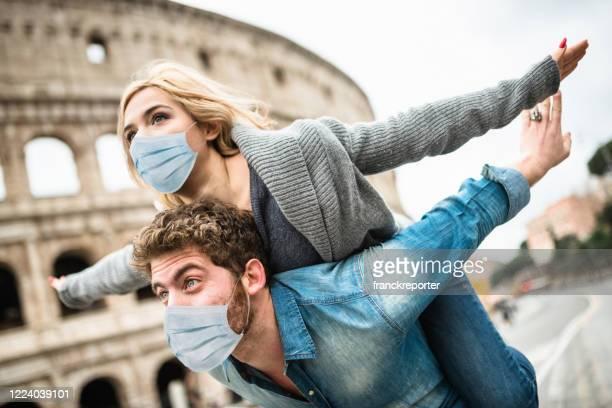 coppia insieme a roma durante il covid19 - turismo foto e immagini stock