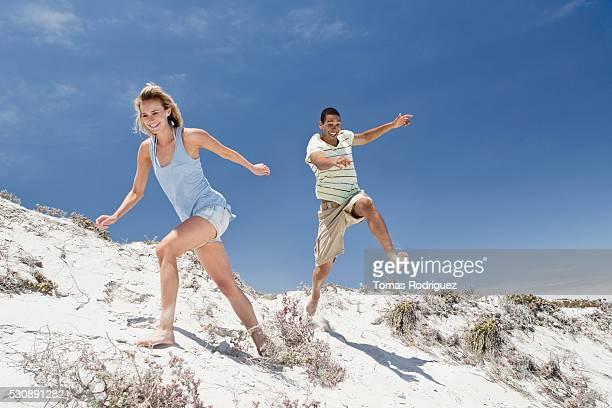couple together on beach - homem pegando mulher imagens e fotografias de stock