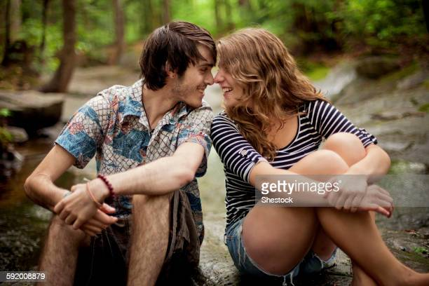 couple touching foreheads on boulders in forest - petite amie photos et images de collection