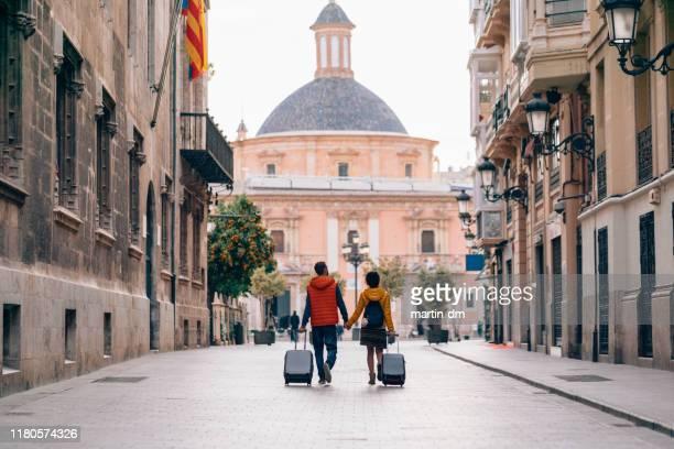 pareja viajando alrededor del mundo - turista fotografías e imágenes de stock