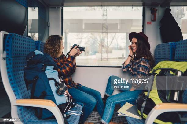 Paar reizen in de trein en vlogging