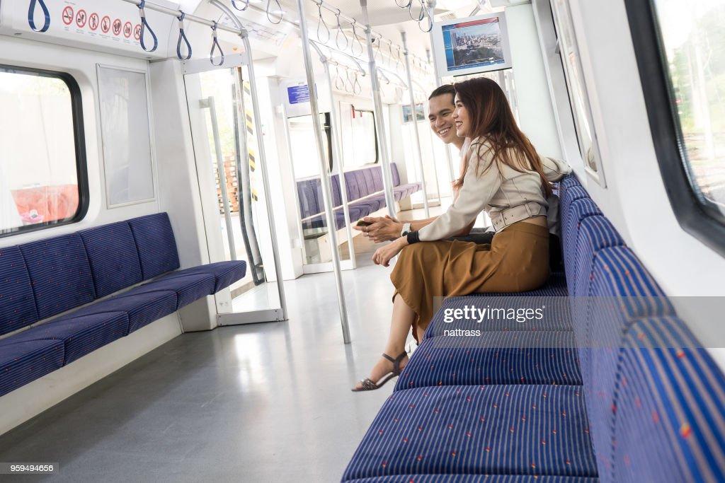 Paar auf dem lokalen Zug Reisen : Stock-Foto