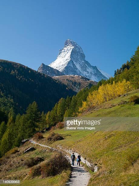 couple trekking to matterhorn - zermatt stock pictures, royalty-free photos & images