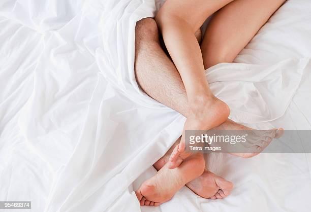 couple under sheets - masturbacion fotografías e imágenes de stock