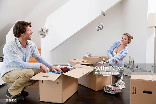 Pareja desempaquetar cajas de cartón