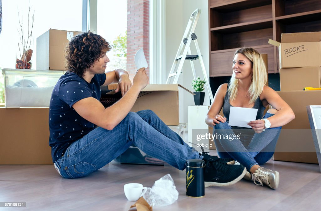 Couple unpacking moving boxes : Stock Photo
