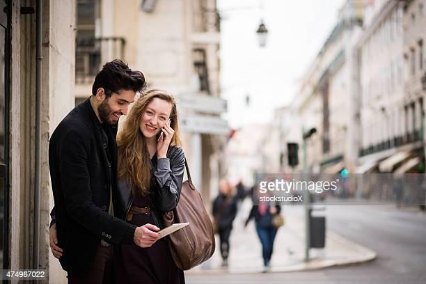 Pareja usando un teléfono inteligente y tableta digital