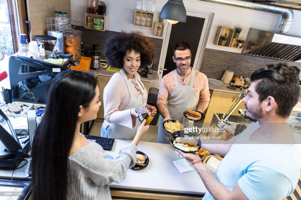 Paar mit Kreditkarte im Fastfood-restaurant : Stock-Foto