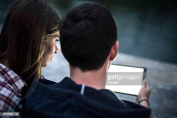 Paar mit digitalen Tablet im Dunklen