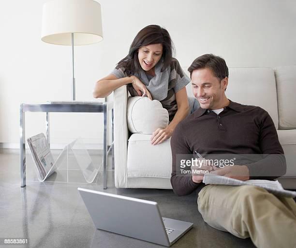 Paar mit laptop zu Hause