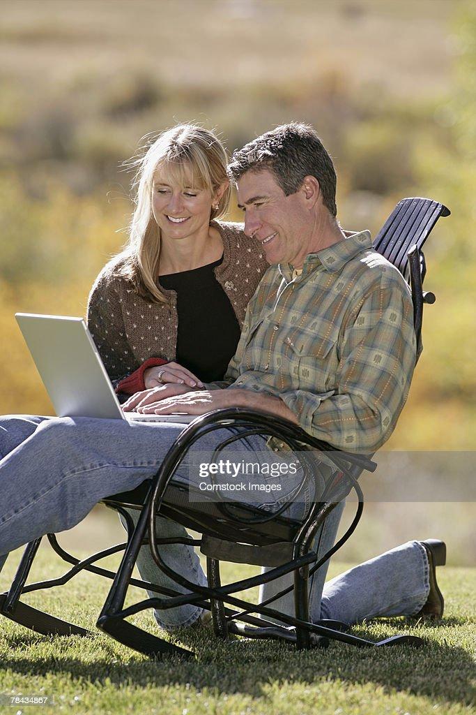 Couple using laptop : Stockfoto