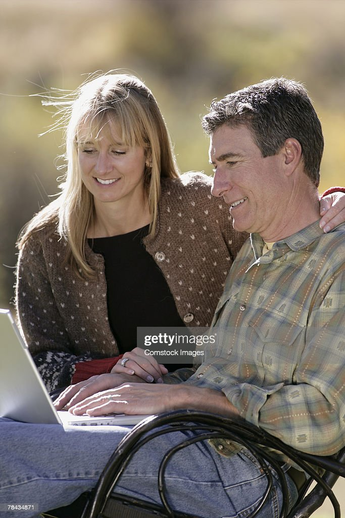 Couple using laptop : Stockfoto