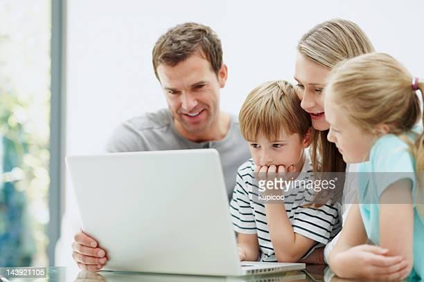 Paar mit laptop mit Kindern