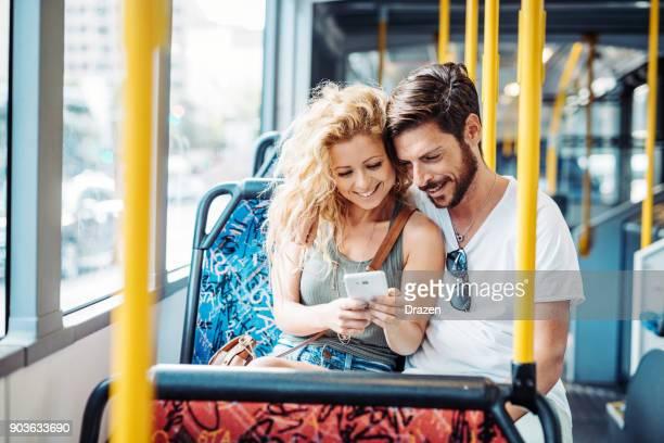 Paar mit den öffentlichen Verkehrsmitteln, um die Stadt zu gehen