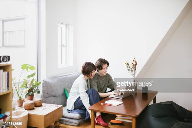 テクノロジーを一緒に使用するカップル - minimalist living in japan ストックフォトと画像
