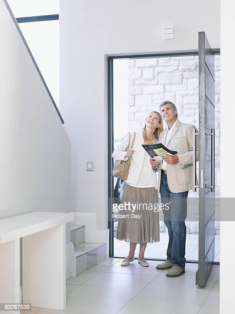 Paar beobachten home for sale