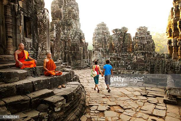 couple visiting buddhist temple, angkor, siem reap, cambodia - kambodschanische kultur stock-fotos und bilder