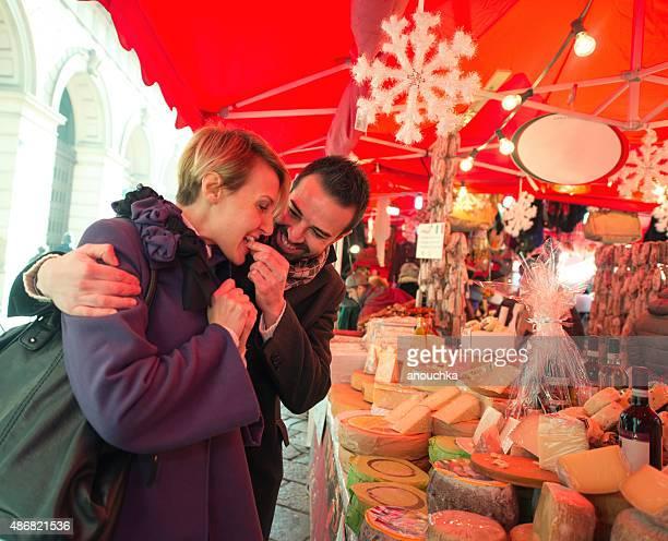 Pareja en mercado navideño, Milán visita