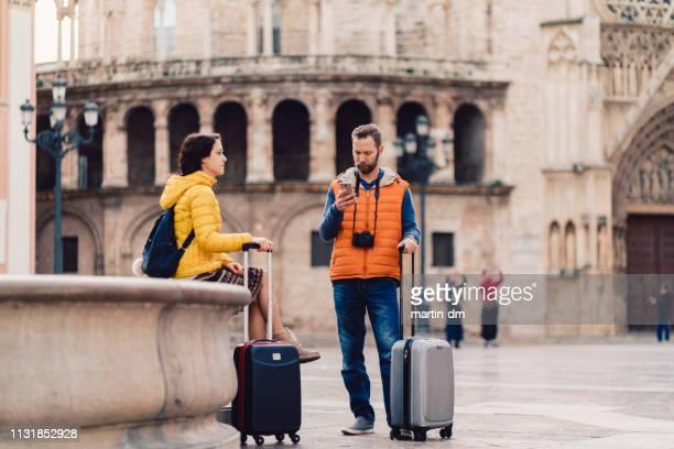 couples visitant l'espagne, valencia, plaza de la virgen - valence espagne photos et images de collection