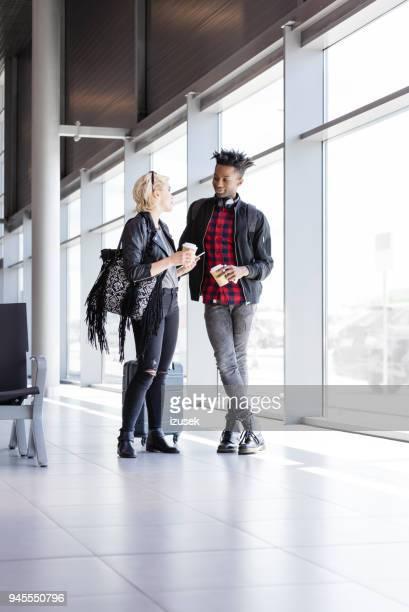 couple en attente pour le vol dans le salon de l'aéroport. - très tendance photos et images de collection