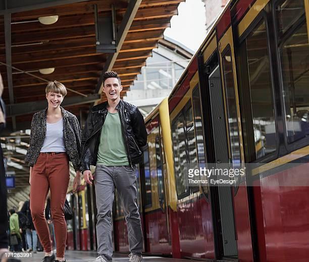 Paar wartet auf S-Bahn in Berlin