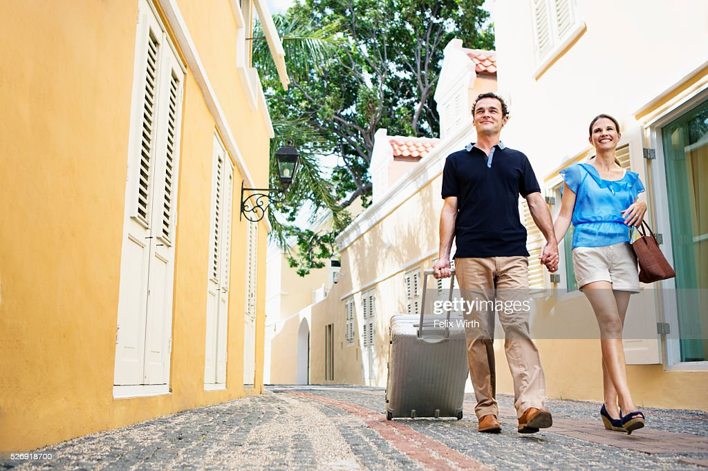 Couple walking along cobblestone street : Foto de stock